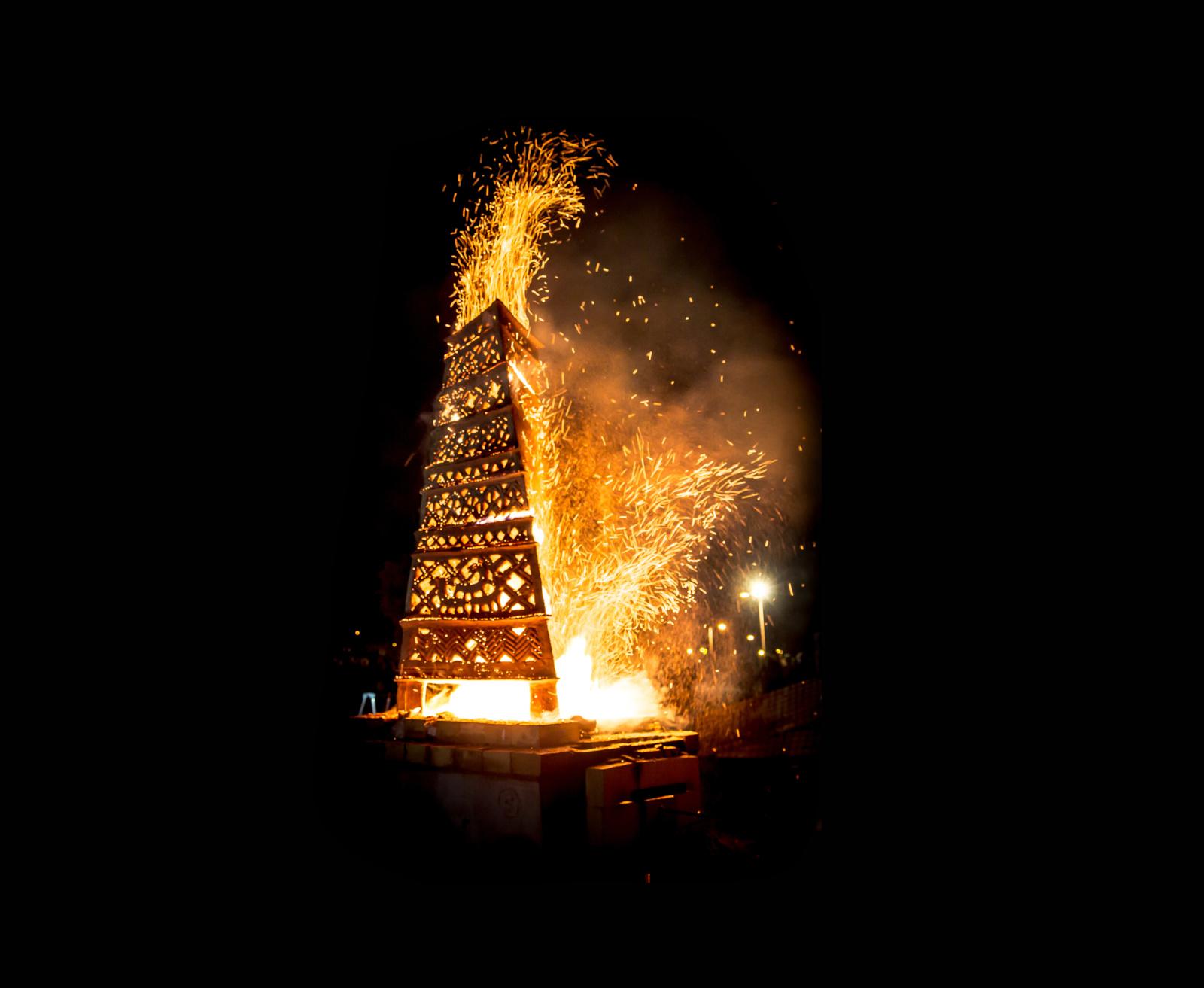 """Šiauliuose prasidėjo ugnies skulptūrų pleneras-festivalis """"Saulės stulpai"""""""