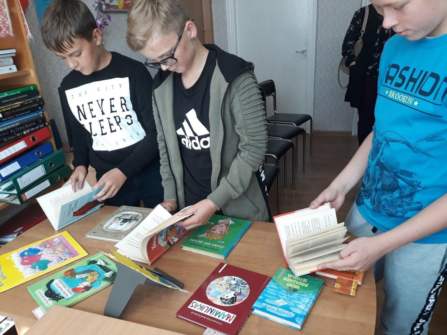 Vytauto Račicko knygų skaitymas Dieveniškių bibliotekoje