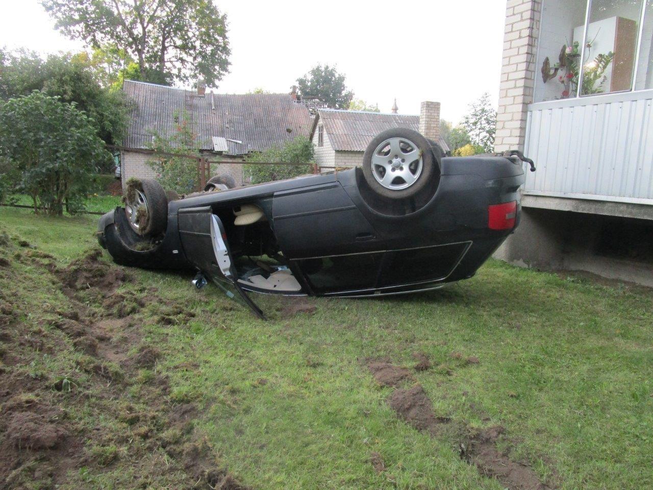 Girtas vairuotojas vogtu automobiliu nulėkė nuo kelio