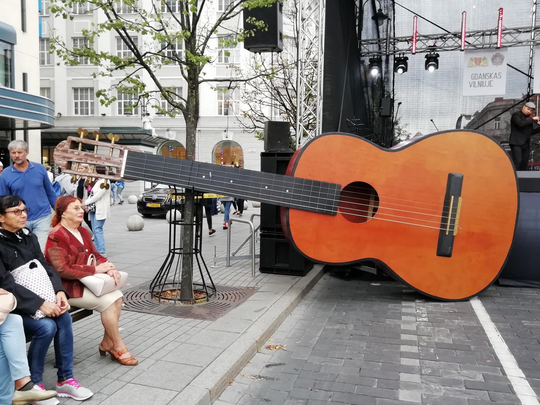 Naujas Lietuvos rekordas – didžiausia akustinė gitara