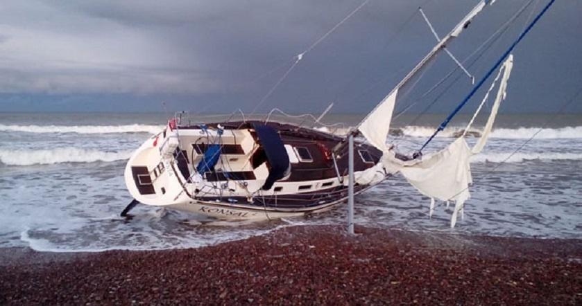 Dar viena lenkų jachta išmesta į krantą