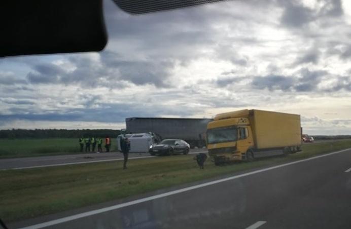 Kelyje Vilnius–Panevėžys į policijos automobilį trenkėsi vilkikas