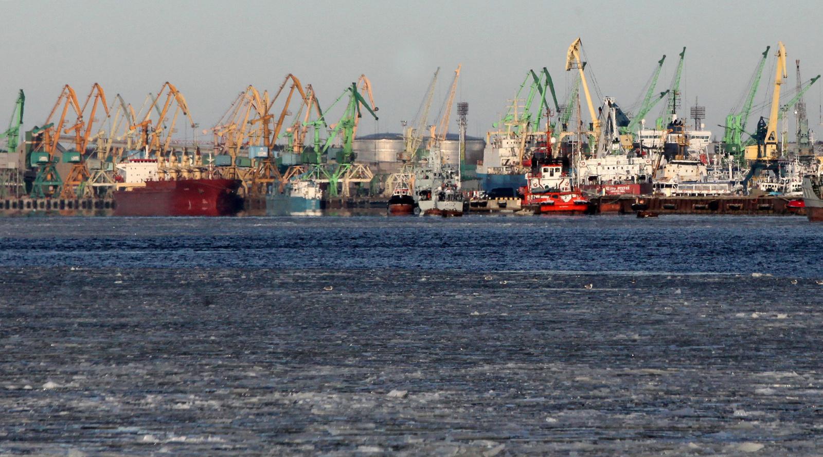 ATNAUJINTA: Klaipėdoje į laivo triumą įkritęs žmogus išgelbėtas, perduotas medikams