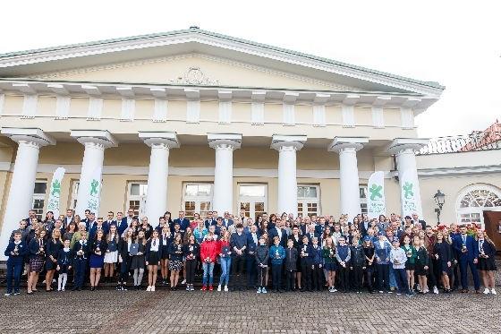 Prezidentūroje pagerbta Radviliškio Vinco Kudirkos progimnazija ir jos sportininkų komanda