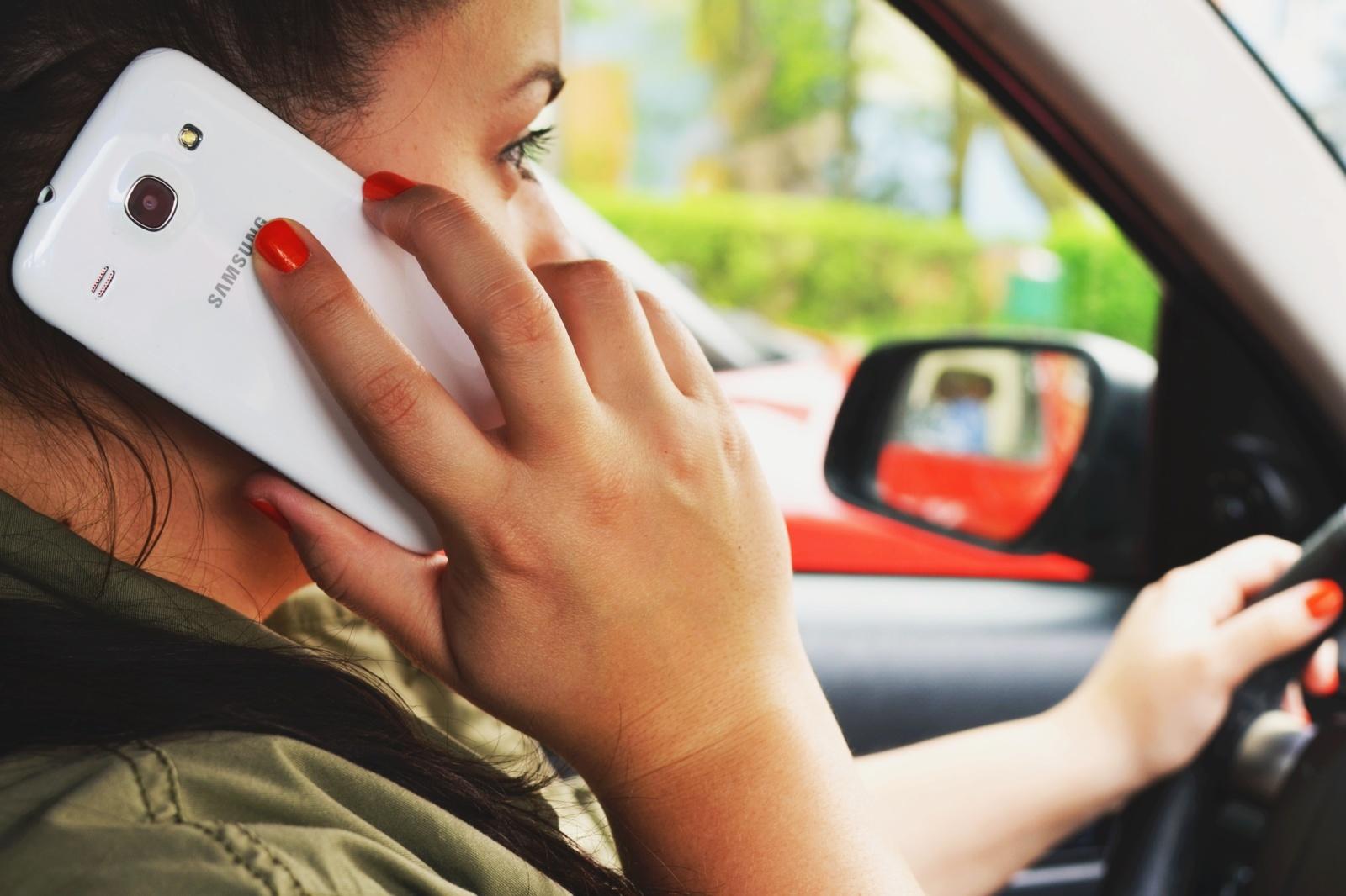 Įprotis naudotis mobiliaisiais telefonais prie vairo kelia grėsmę eismo saugumui, perspėja policija