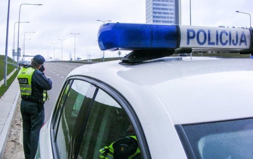 Daugiau nei dvigubai greitį viršijusiai vairuotojai - bauda ir teisės vairuoti atėmimas