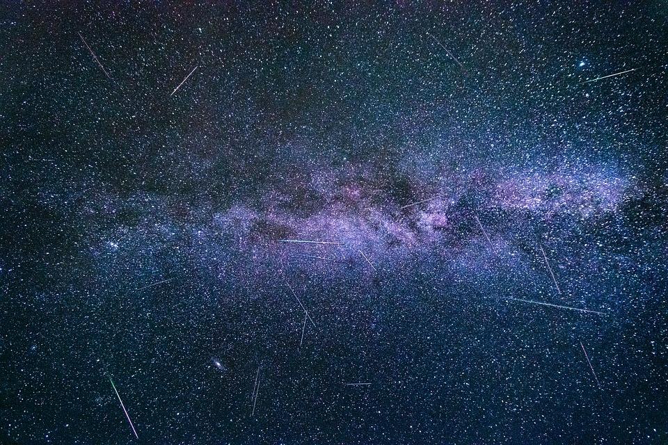 Žemė susidurs su Halio kometos dalelėmis: dangų nušvies meteorų lietus