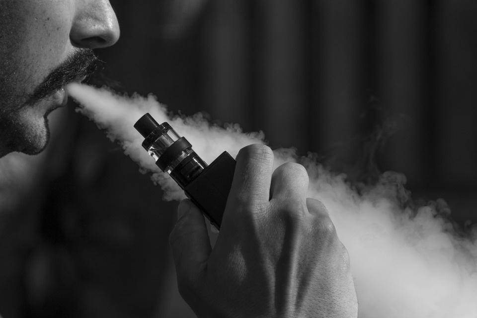 Seime įregistruotas elektroninių cigarečių prekybą turintis pažaboti įstatymo projektas