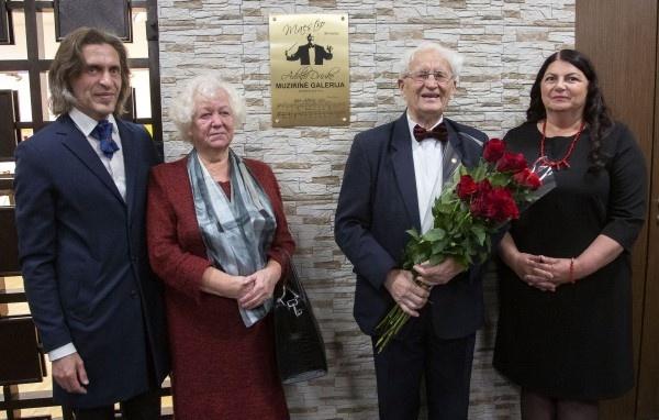 Vyriausias kultūros darbuotojas sulaukė ypatingos dovanos Utenos kultūros centre