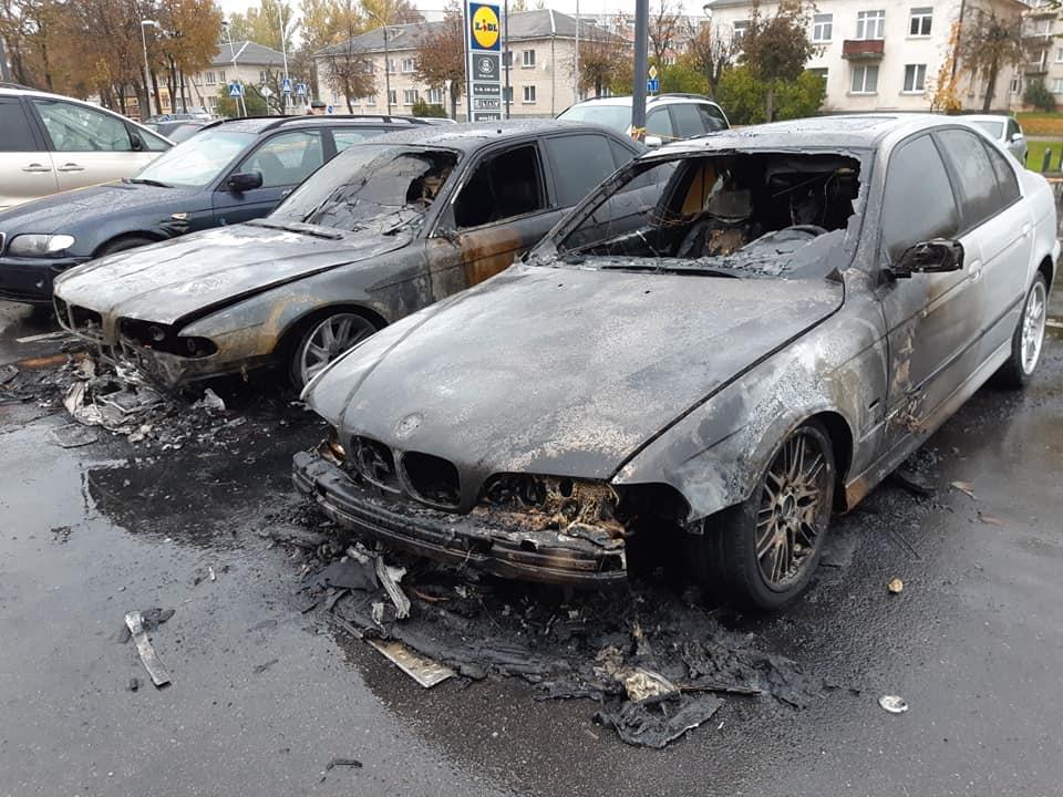 """Utenoje sudegė trys """"BMW"""" automobiliai: įtariamas padegimas"""