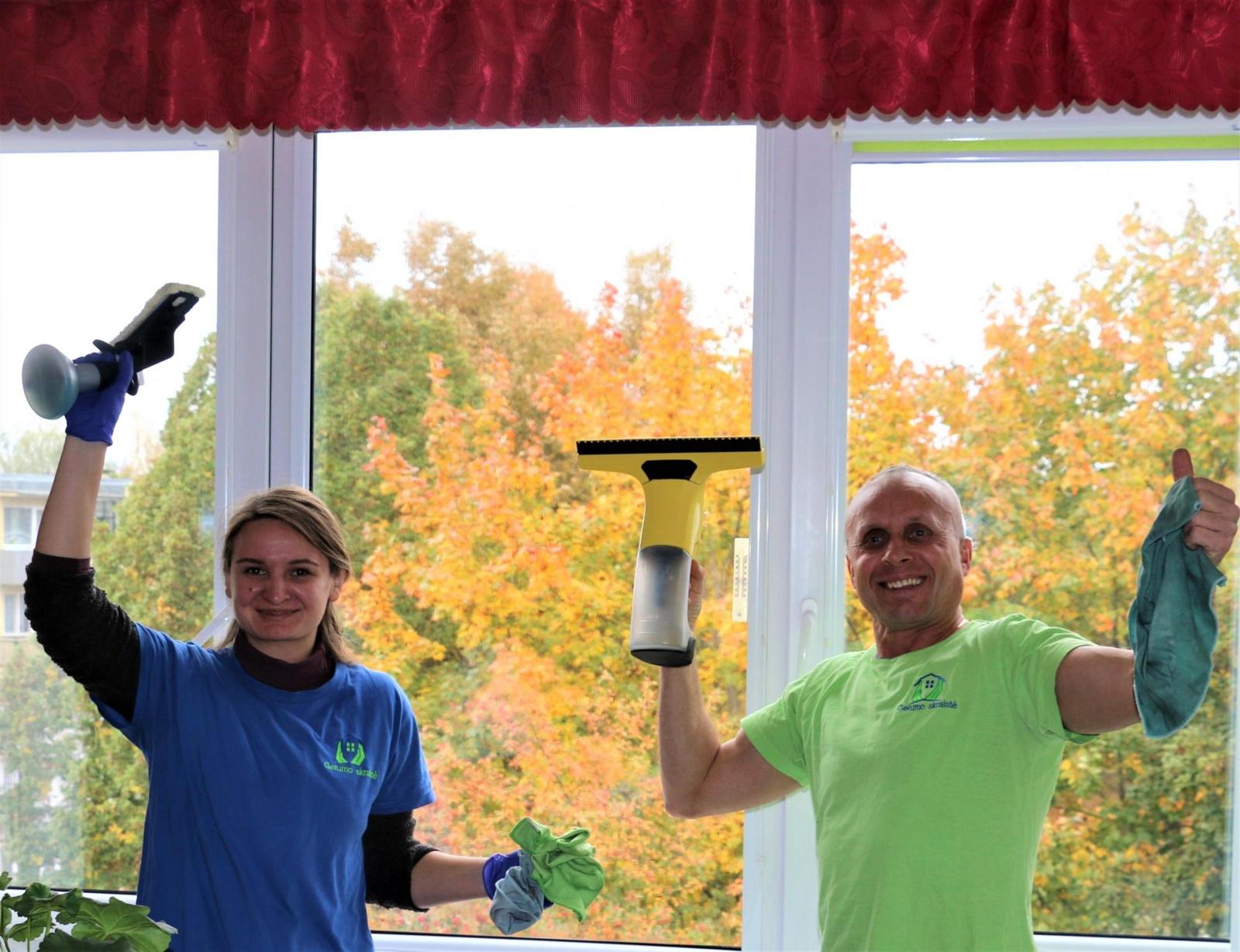 """Akcija """"Švarūs langai"""": pro švarius langus Alytuje žvelgia dešimtys senjorų"""