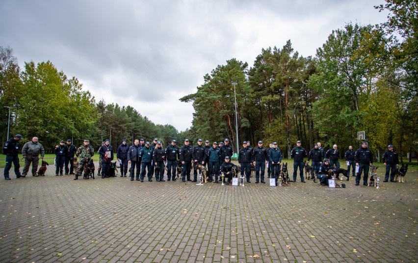 Kinologų, su tarnybiniais šunimis ieškančių narkotinių medžiagų, varžybose prizinės vietos - Utenos, Klaipėdos ir Kauno pareigūnams
