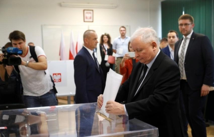 Klestėjimą žadantiems dešiniesiems prognozuojama pergalė Lenkijos parlamento rinkimuose