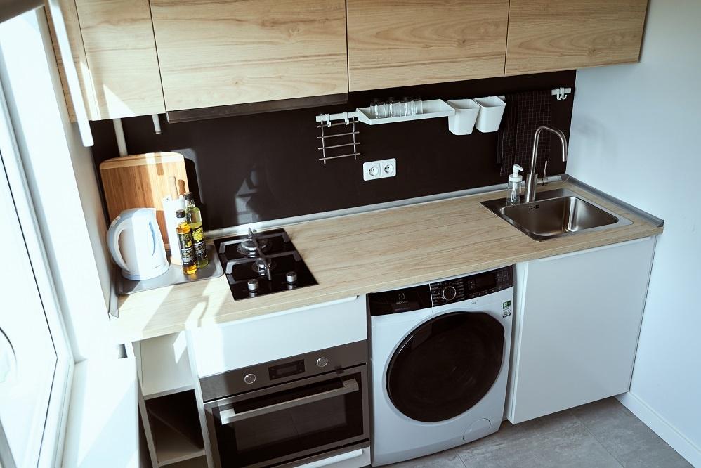 PRIEŠ ir PO: dizainerė įrodė, kad į mini daugiabučio virtuvėlę telpa viskas, ko reikia