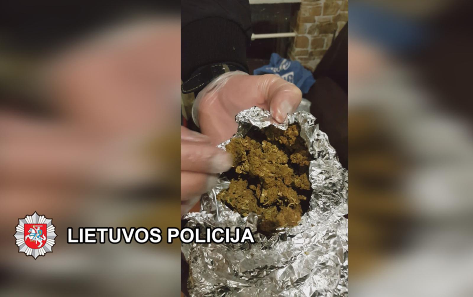 Kratų metu klaipėdiečių bute rasta kone kilogramas kanapių, taip pat amfetamino ir kokaino (vaizdo įrašas)