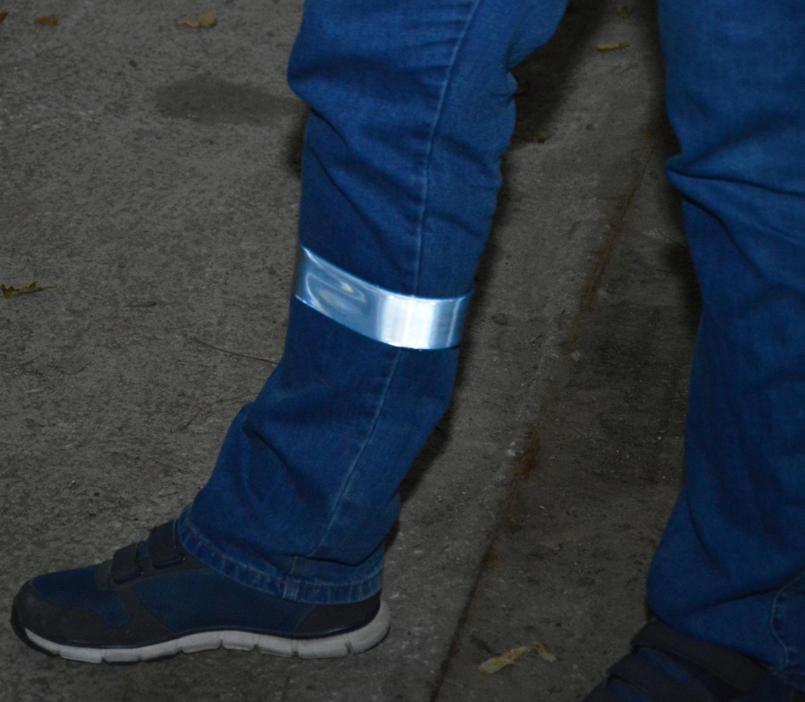 Vairuotojų prašymas pėstiesiems - neslėpkite atšvaitų kišenėse ar rankinėse, jie padeda mums jus pastebėti