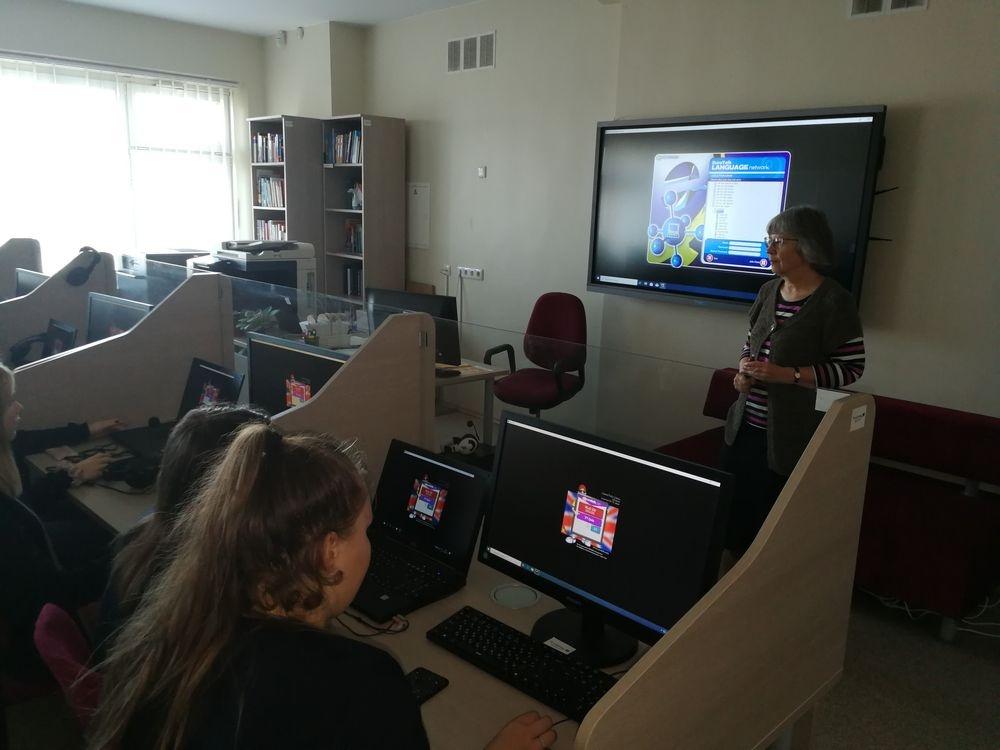Mokiniai anglų kalbos mokosi ir bibliotekoje