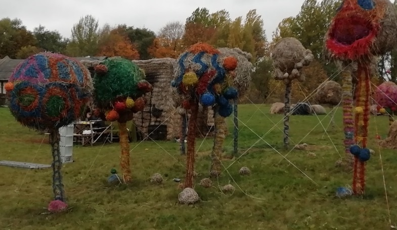 Šiaudinių skulptūrų parke originalios idėjos realizuojamos talkininkų dėka