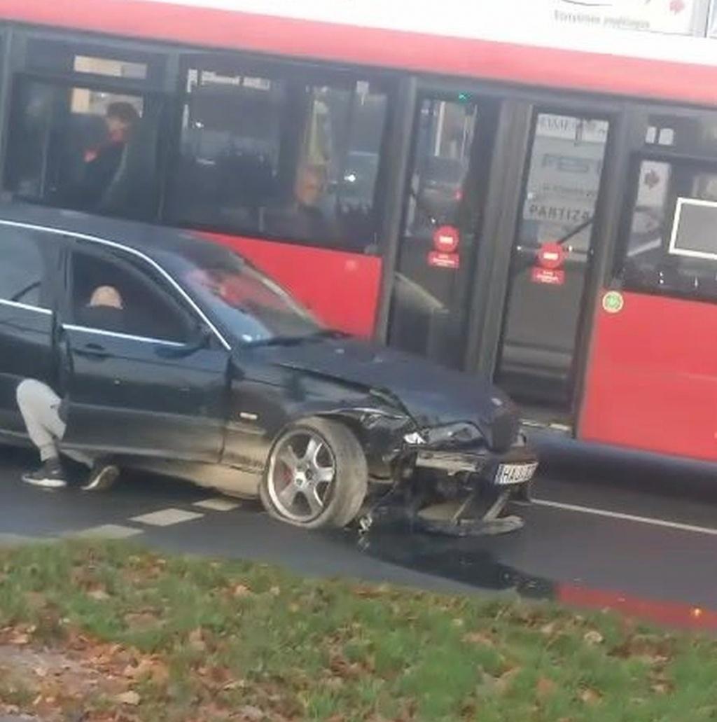 """Judrioje Kauno sankryžoje """"BMW"""" automobilio avarija: sužeista moteris"""