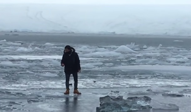 Įspėjimus nelipti ant ledo ignoravęs turistas kaip reikiant pasigailėjo (vaizdo įrašas)