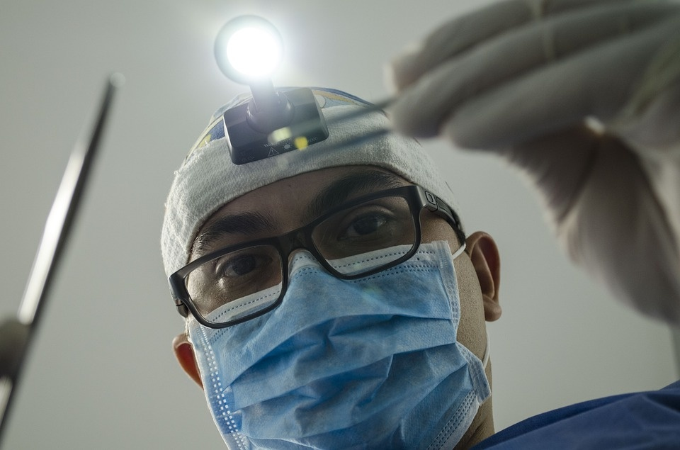 Grubi odontologo klaida kainavo pacientės gyvybę