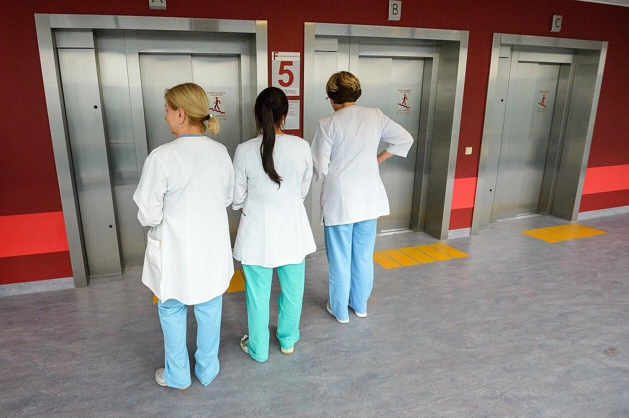 Su koronavirusu kovojantiems medikams bus mokami didesni atlyginimai