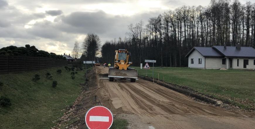 Radžiūnai: tiesiamas naujas asfaltas (vaizdo įrašas)