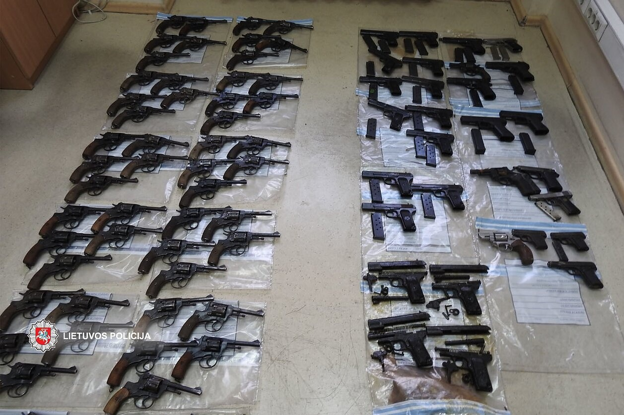 Policija tiria stambaus masto aferą: iš Lietuvos ginklų fondo pavogtas didelis kiekis ginklų