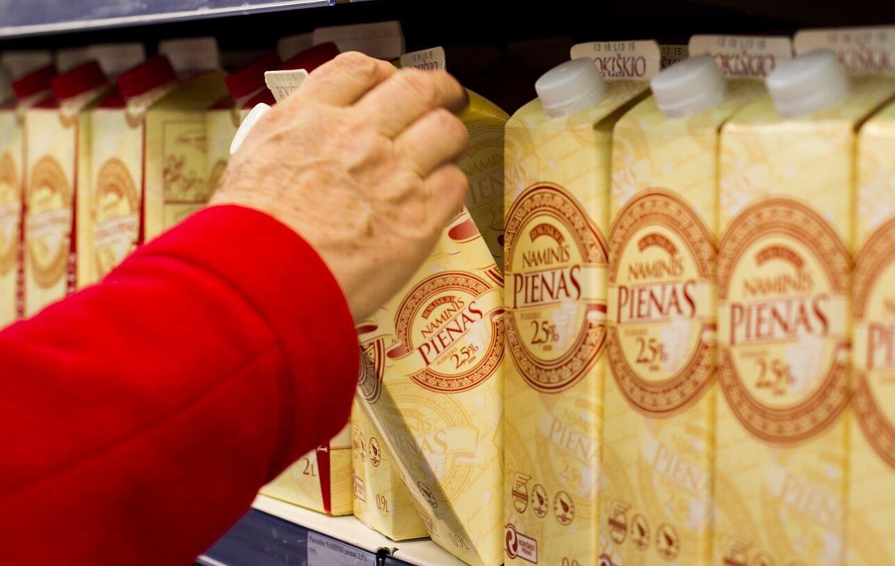 """Prekybininkai priversti iš lentynų išimti """"Rokiškio pieno"""" produktus: pienas galėjo būti paveiktas Alytaus gaisro"""