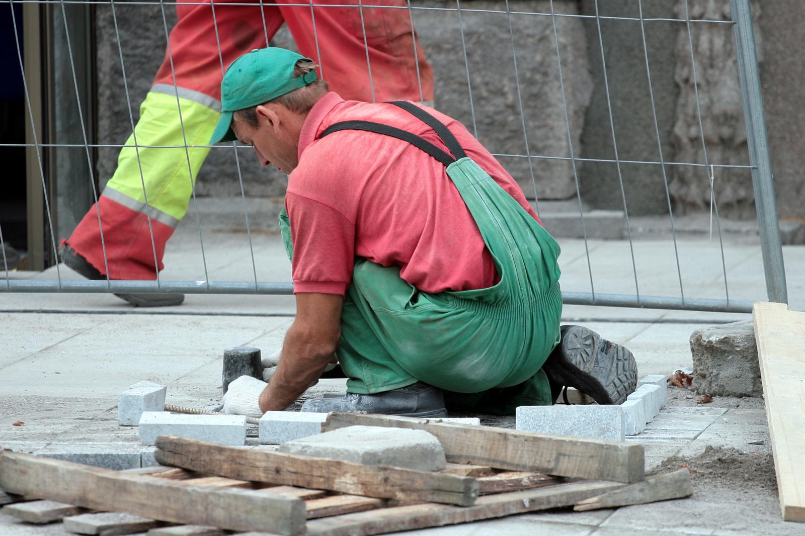 Įstatymo pataisos paliestų tuos, kurie dirba keliose darbovietėse