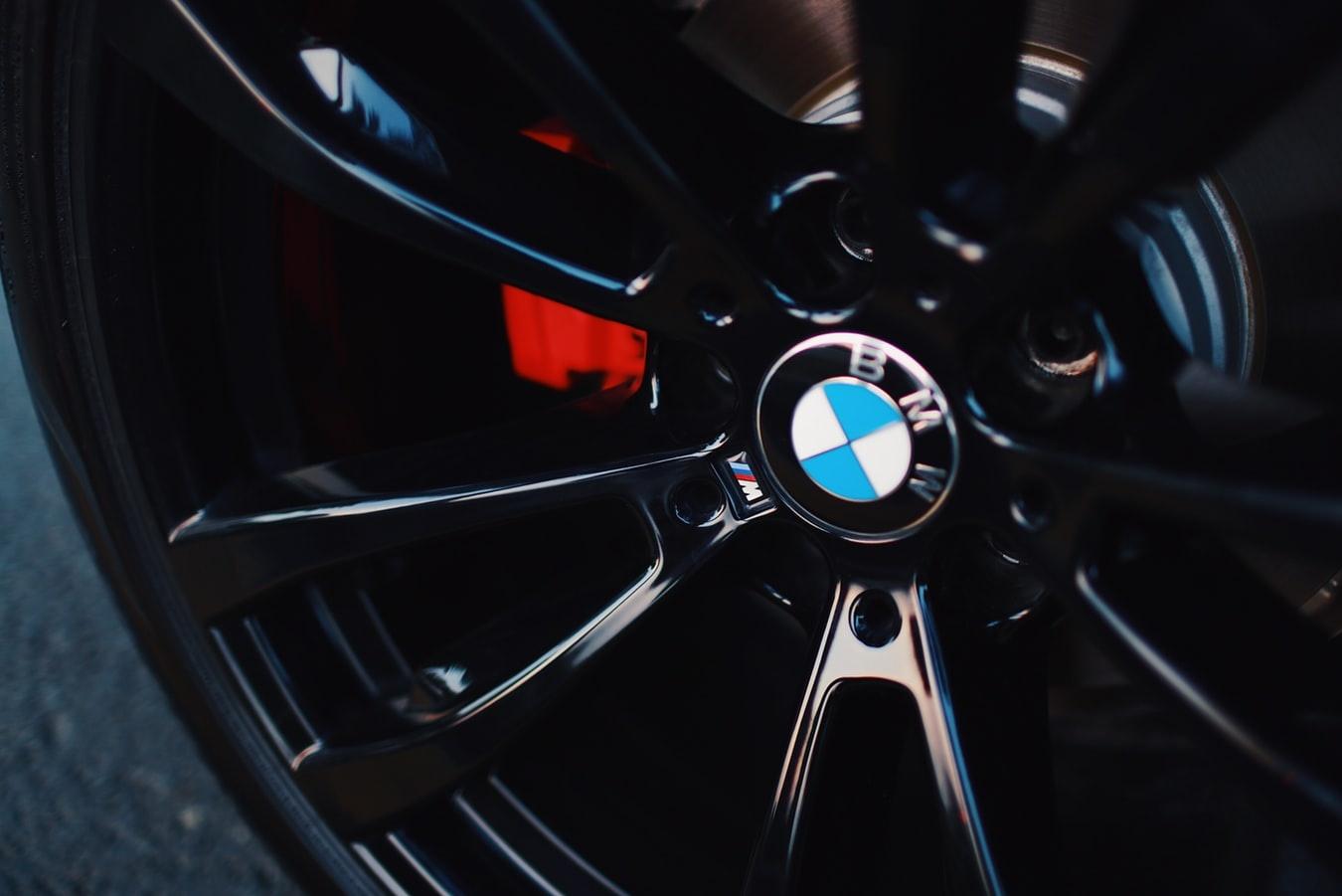 BMW varėniškiui pervažiavo koją
