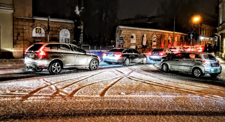 Lietuvos automobilių kelių direkcija įspėja vairuotojus: krintant orų temperatūrai keliuose gali pradėti formuotis plikledis