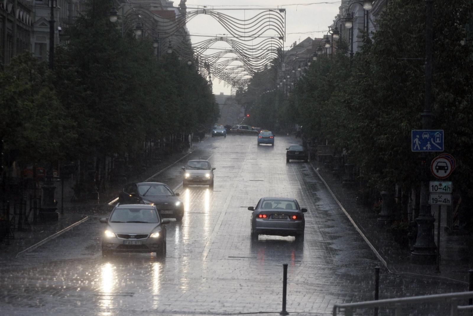 Eismo sąlygos: Klaipėdos, Tauragės ir Marijampolės apskrityse jas sunkina lietus