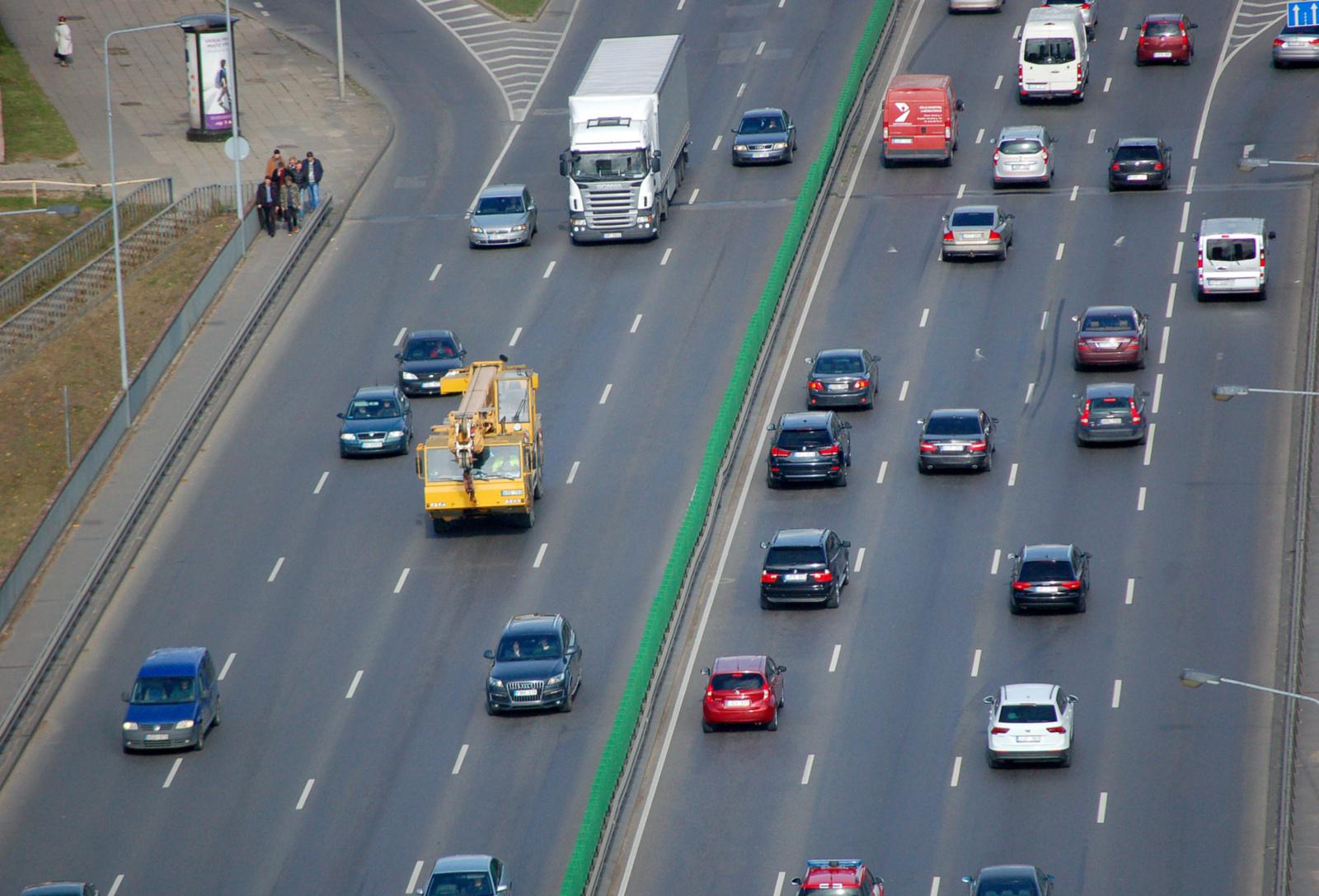 Aplinkos ministerija: apklausa rodo, kad taršių automobilių apmokestinimui pritartų 38 procentų gyventojų
