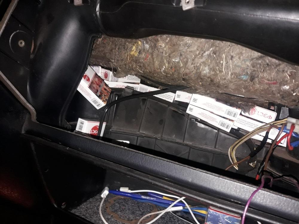 """Baltarusis į Lietuvą rūkalus vežė """"VW Passat"""" slėptuvėse"""