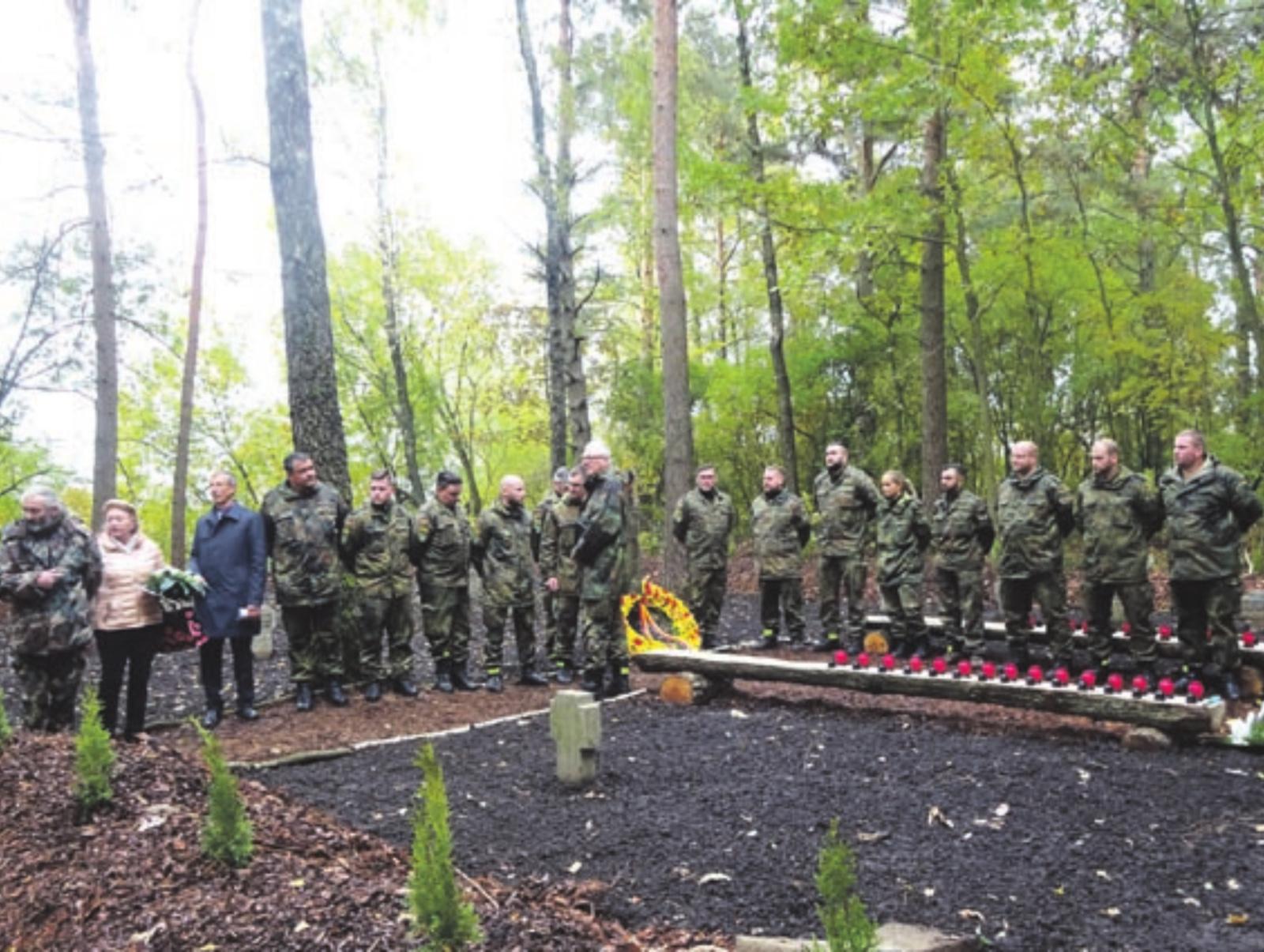 NATO misijos kariai sutvarkė tėvynainių kapus