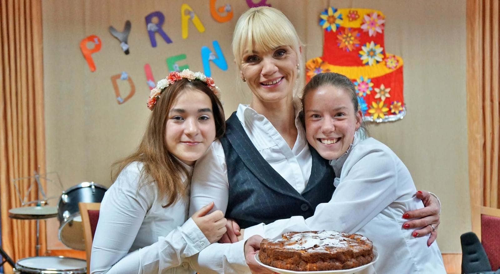 """Pyragų diena vaikų globos namuose """"Šaltinis"""": daug juoko, šilumos ir ypatingų pyragų (vaizdo įrašas)"""