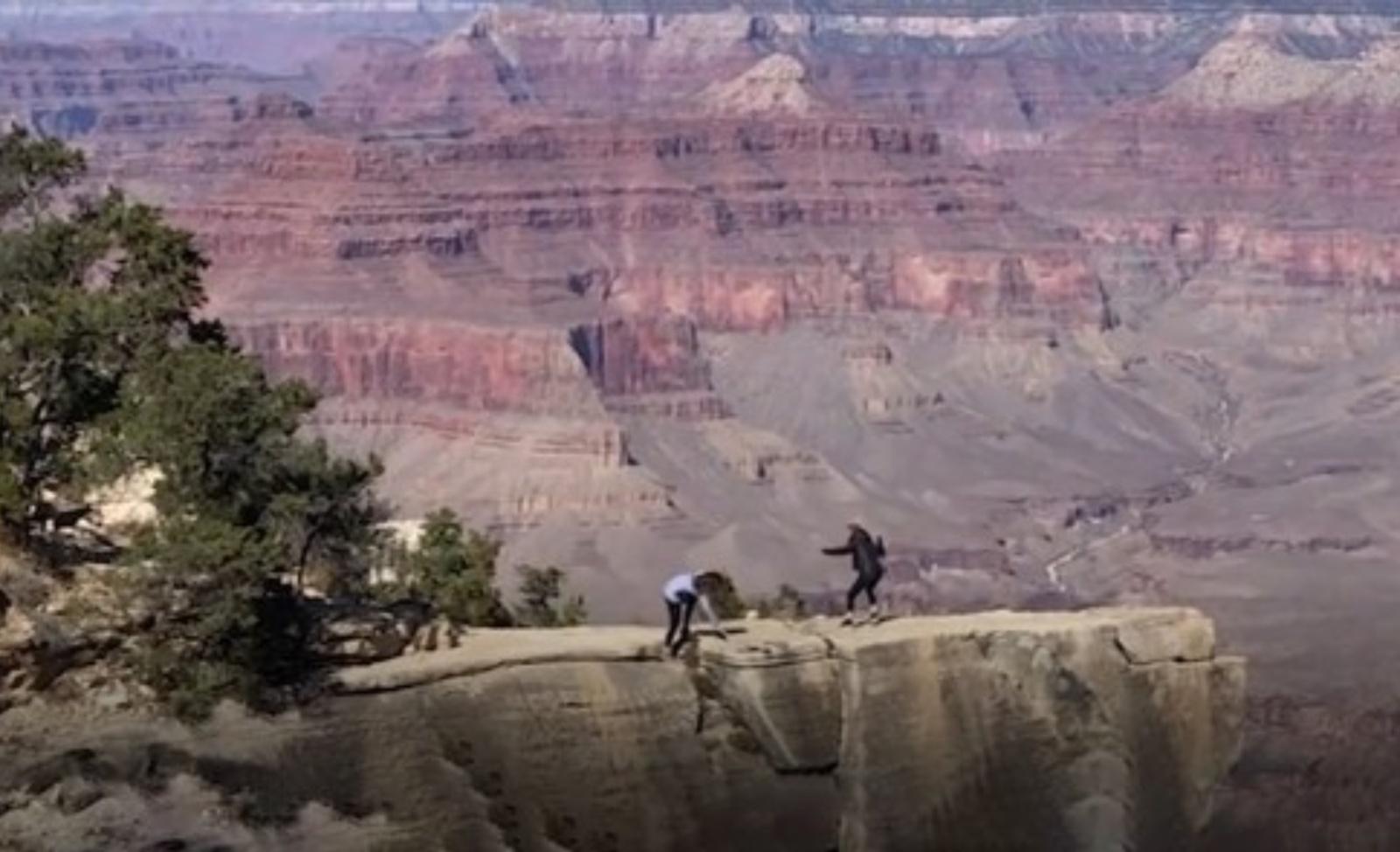 Kai akimirkai sustoja širdis: mergina vos nenukrito į Didįjį Kanjoną (vaizdo įrašas)