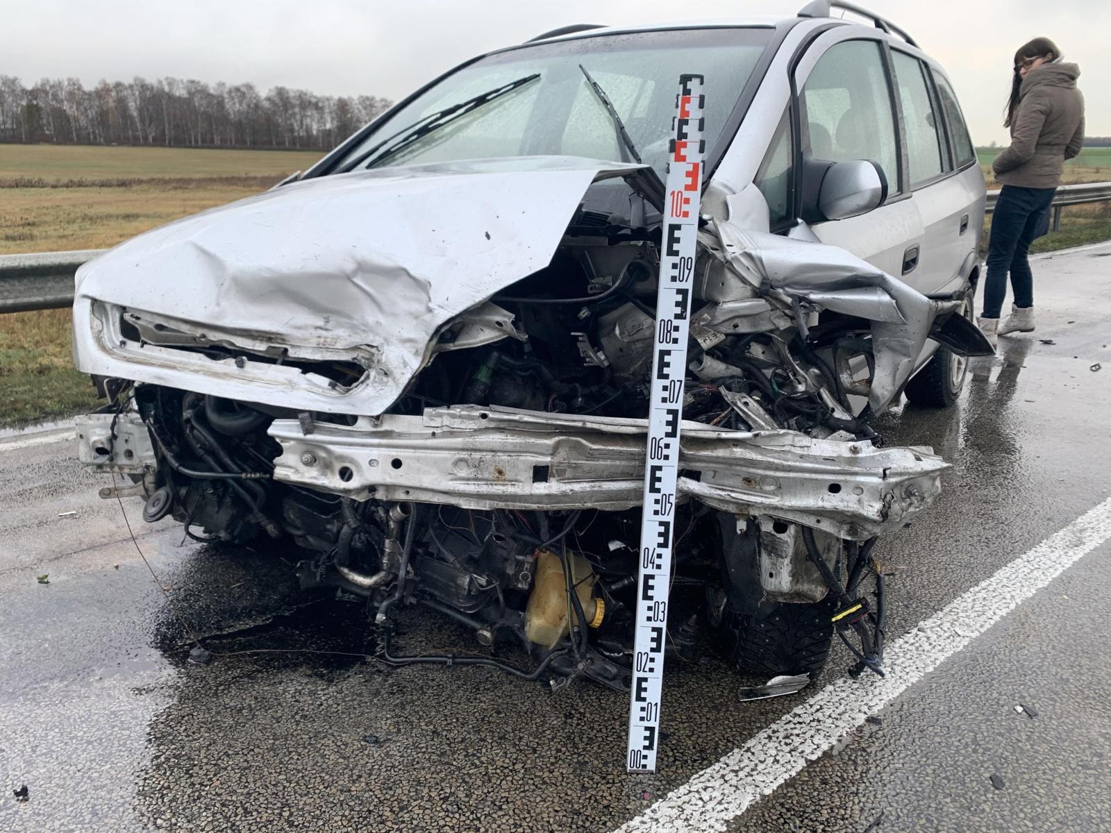 Aplinkkelyje susidūrus automobiliams nukentėjo du žmonės