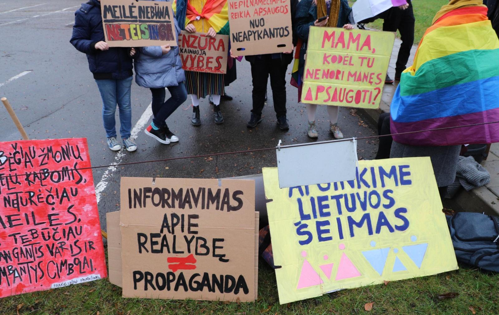 Šeštadienį prie LRT susirinko mitinguotojai: piktinasi reportažu apie homoseksualius tėčius
