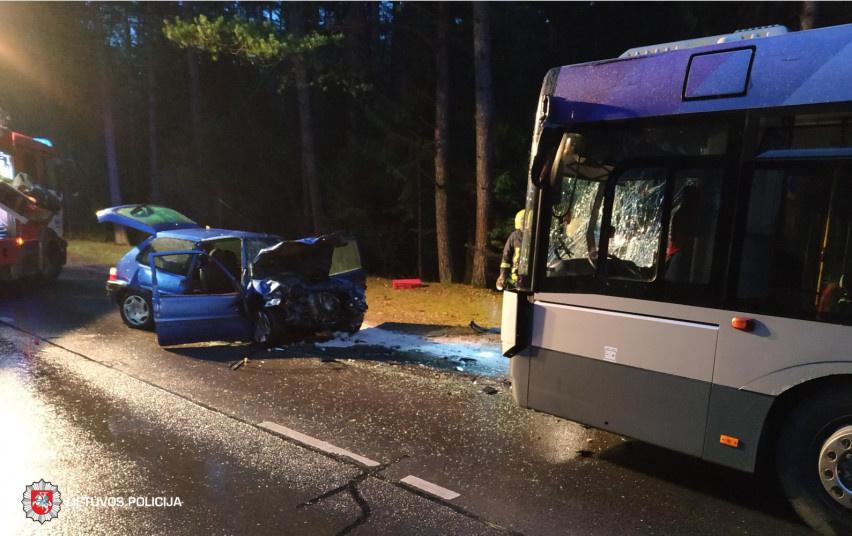 Savaitgalį eismo įvykiuose žuvo garbaus amžiaus vairuotojas ir keleivė bei tamsoje be atšvaitų ėjusi pėsčioji