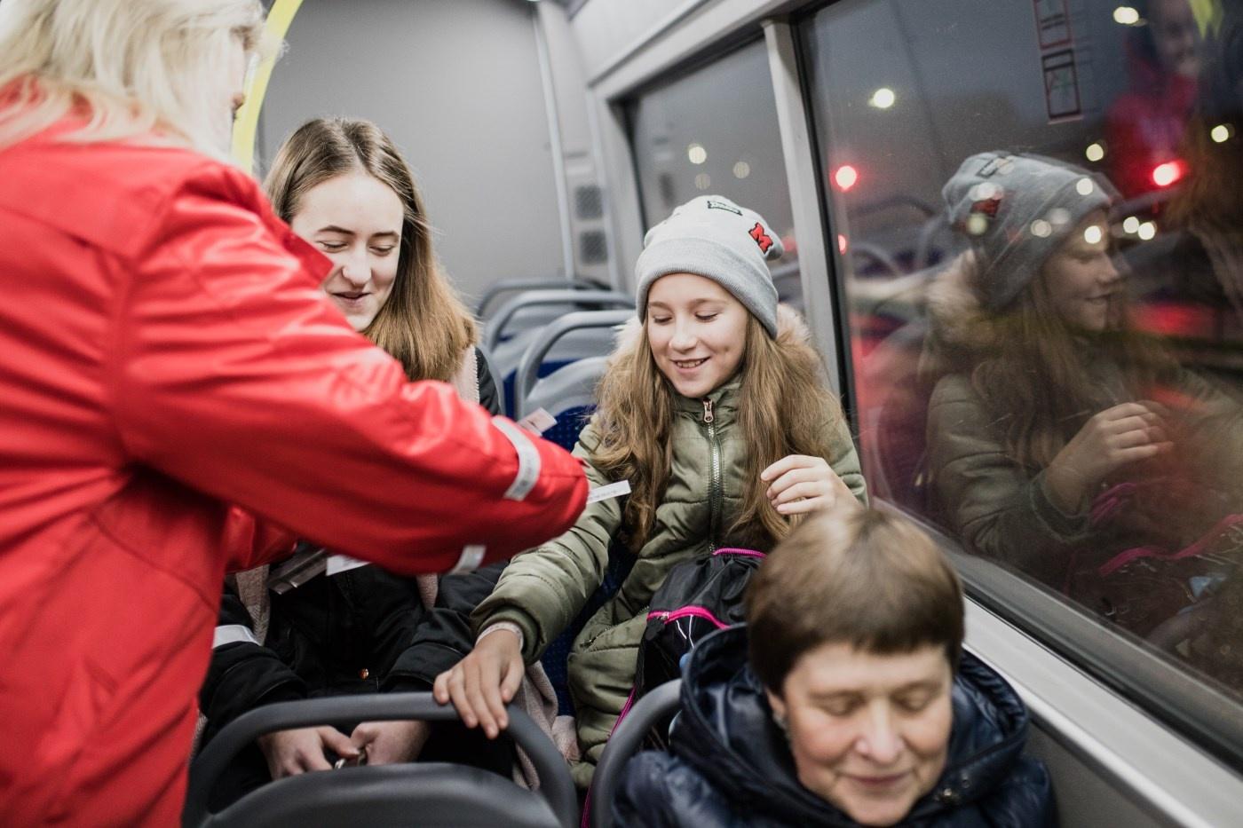 Nustebino autobusų keleivius dovanomis