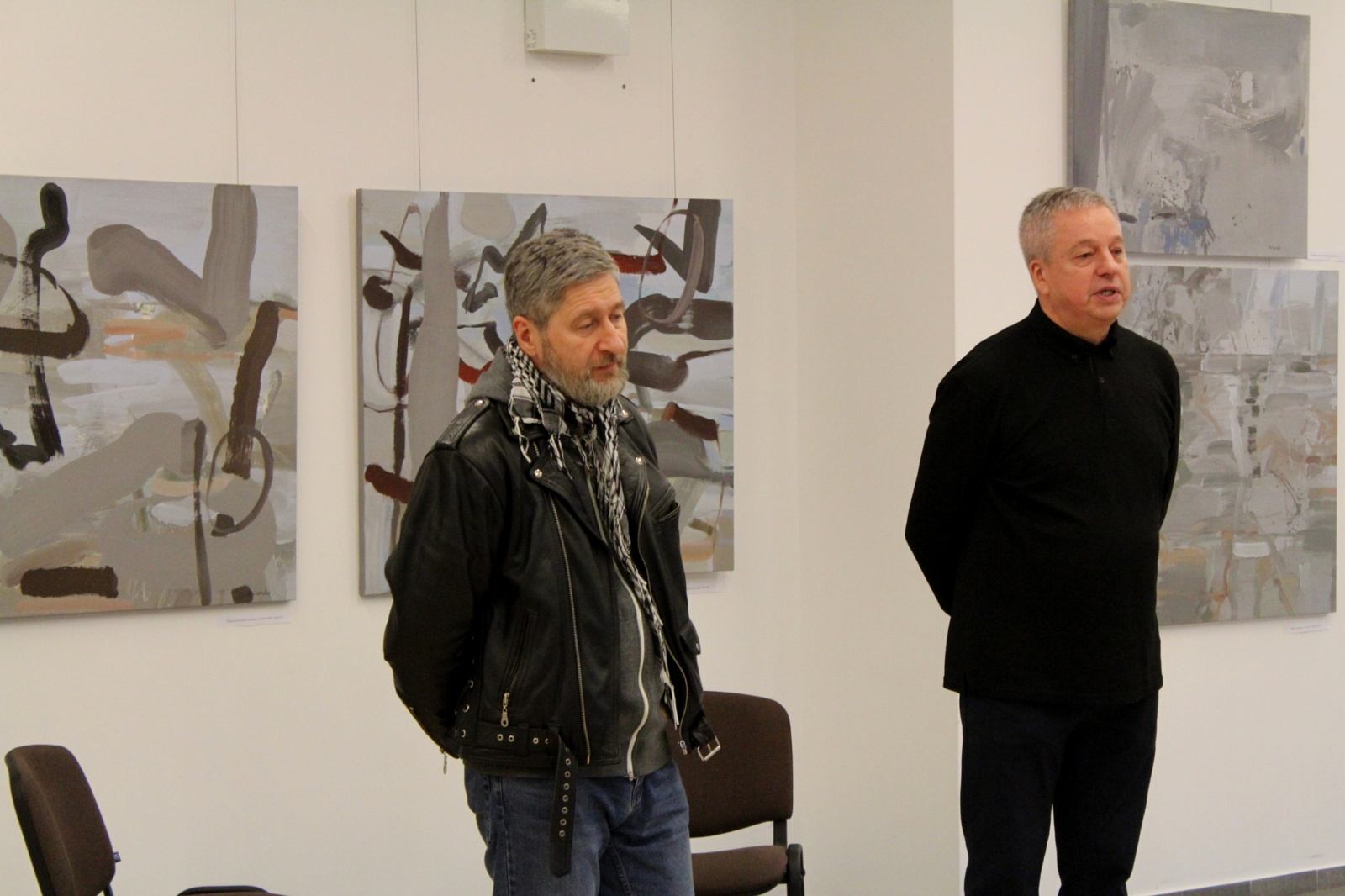 """Kuršėnuose atidaryta Ričardo Garbačiausko ir Dalvyčio Udrio tapybos darbų paroda """"Meno aviliai"""""""