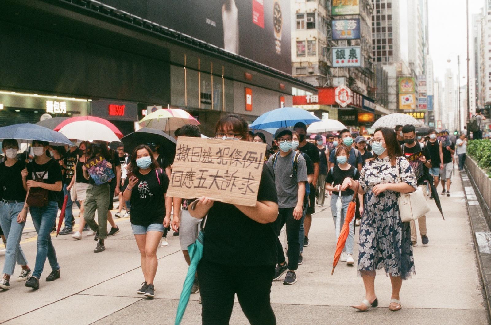 """Honkonge tebesitęsiant protestams, LGBT paradą leista rengti """"viešojo susitikimo"""" forma"""