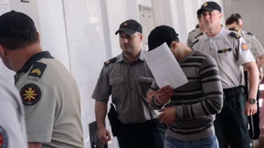 Gyvą merginą sudeginęs Dembavos budelis pasiskundė Lukiškių tualetu – iš valstybės priteisė 1208 eurų