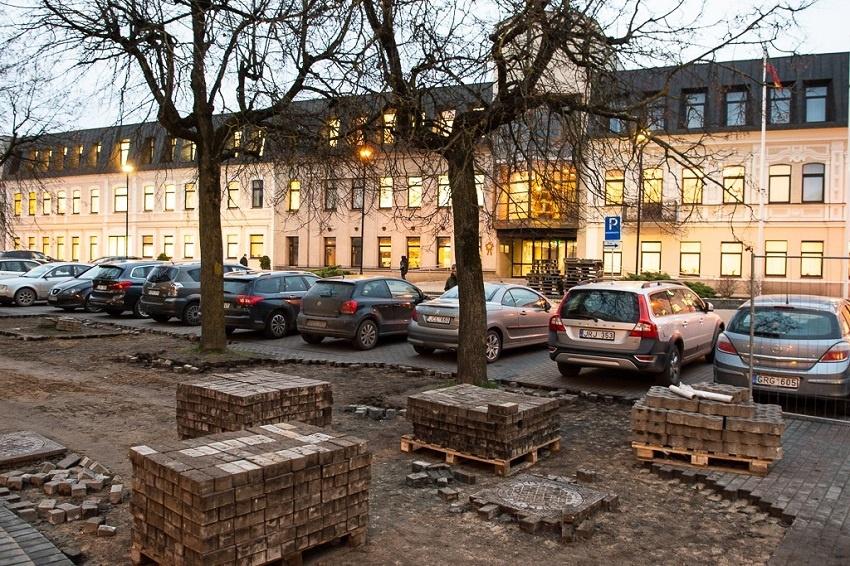Įsibėgėja Laisvės aikštės remonto darbai: bus draudžiama statyti automobilius