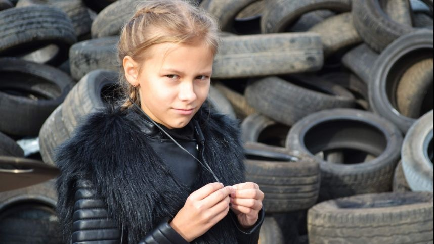 11 metų muzikantė klausia: kur keliauja senos mašinos, kertami medžiai ir padangos?