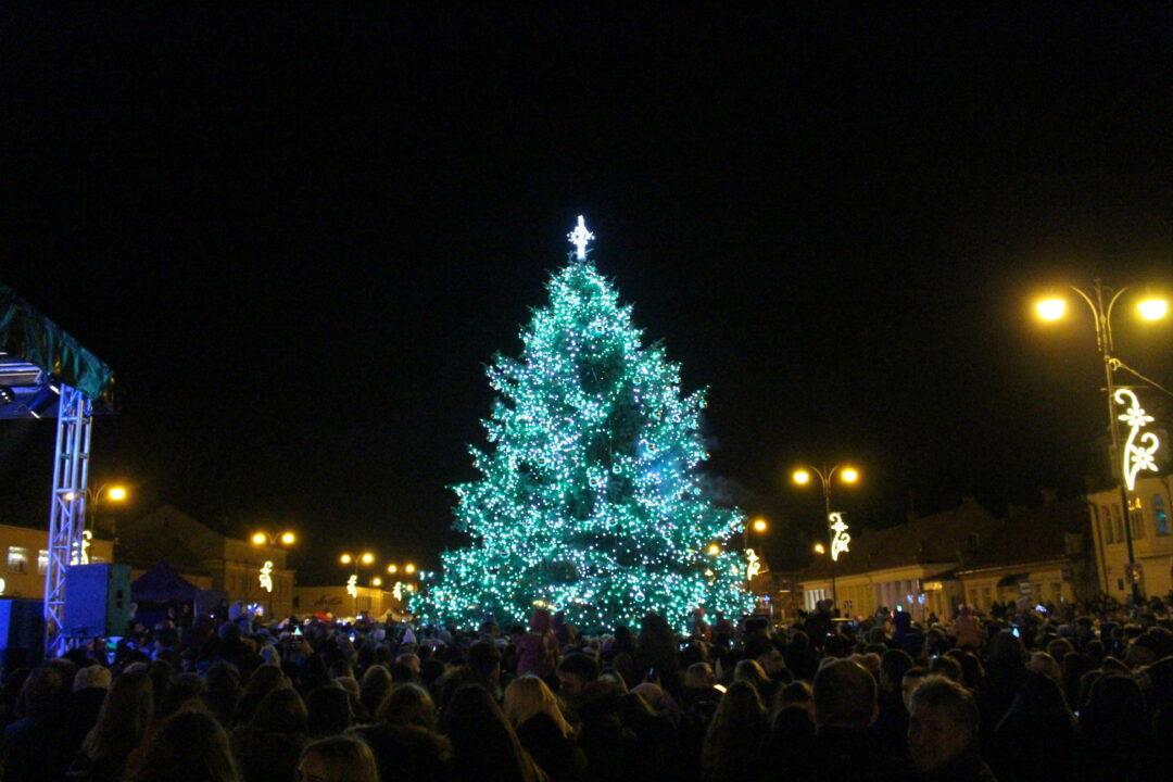 Rokiškyje įžiebta Kalėdų eglė (nuotraukų galerija)