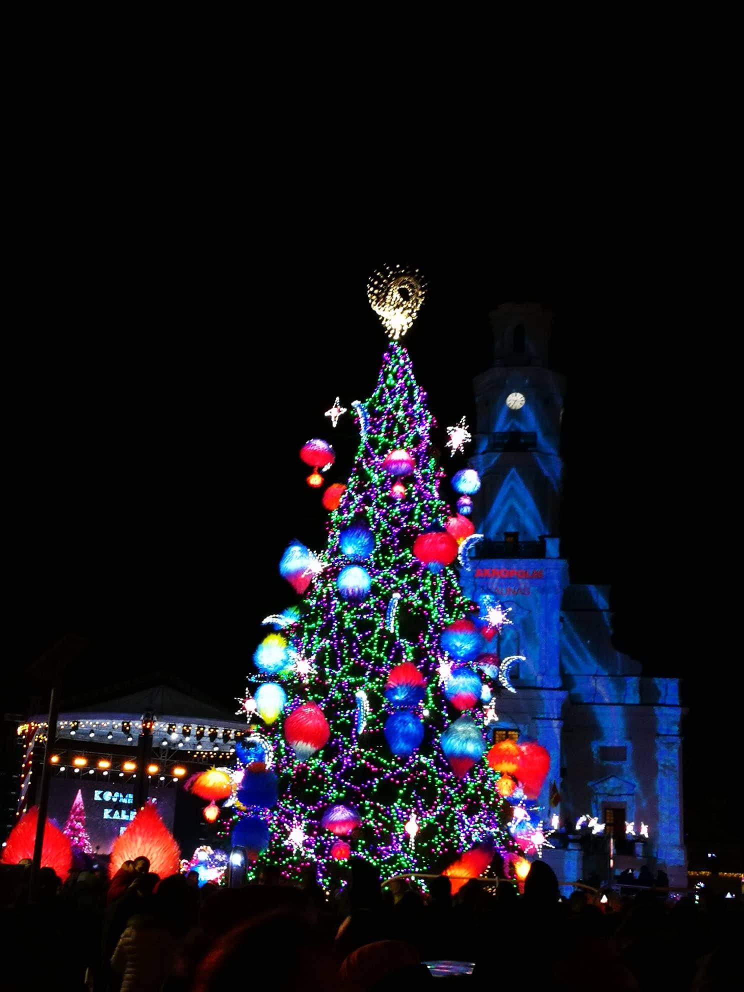 Kalėdų dvasia atkeliavo į Kauną: skambant garsiausių atlikėjų dainoms įžiebta miesto eglė