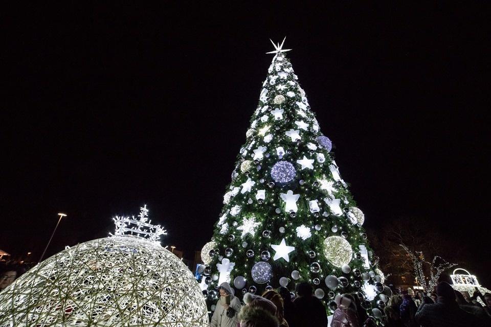 Trys, du, vienas - įžiebta Šiaulių kalėdinė eglė (vaizdo įrašas)